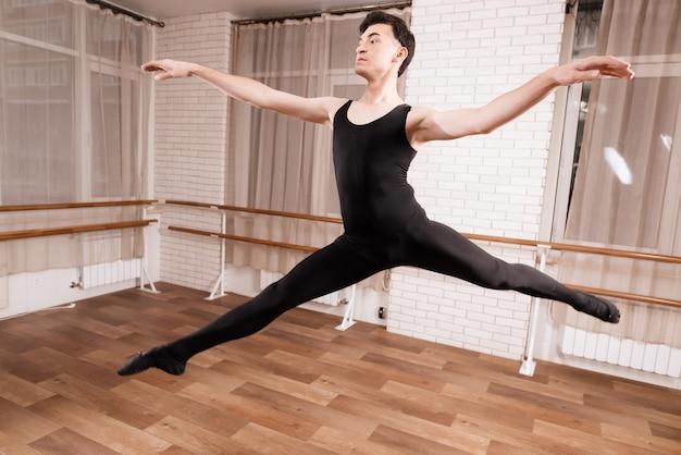 男性のダンサーがバレエクラスでリハーサルをしています。