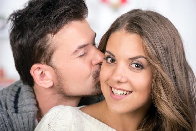 自宅で笑顔の若いカップルの肖像画