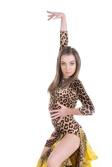 Молодой изолированный танцор женщины сальсы