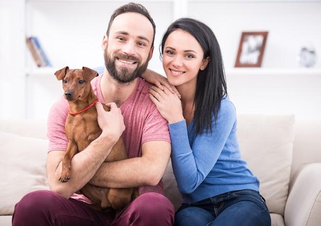 Красивая молодая пара с собакой.