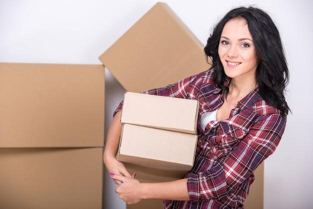 若い女性は新しいアパートに引っ越しています。