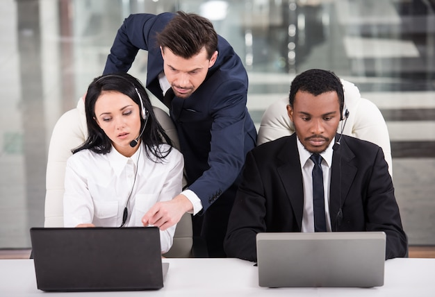 ビジネスパートナーは彼らの上司と協力しています。
