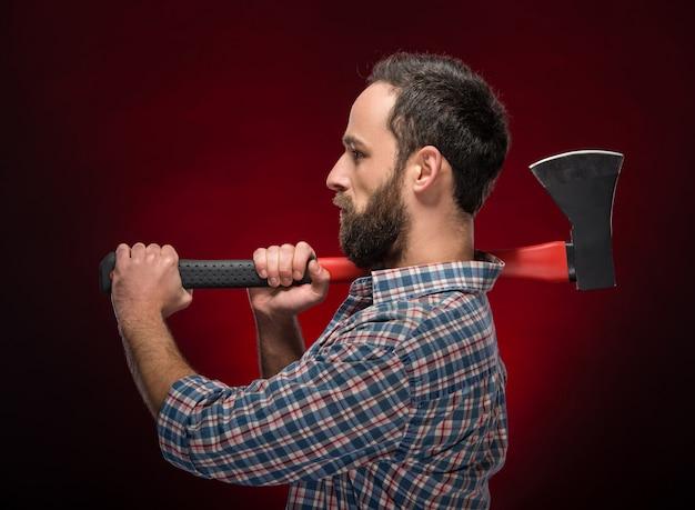 大きな斧を持つ残忍なひげを生やした男