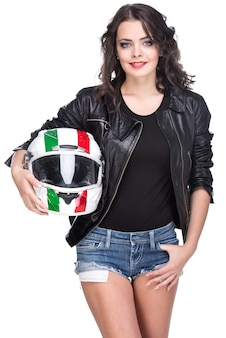 ヘルメットを持つ魅力的な若い女性の肖像画。