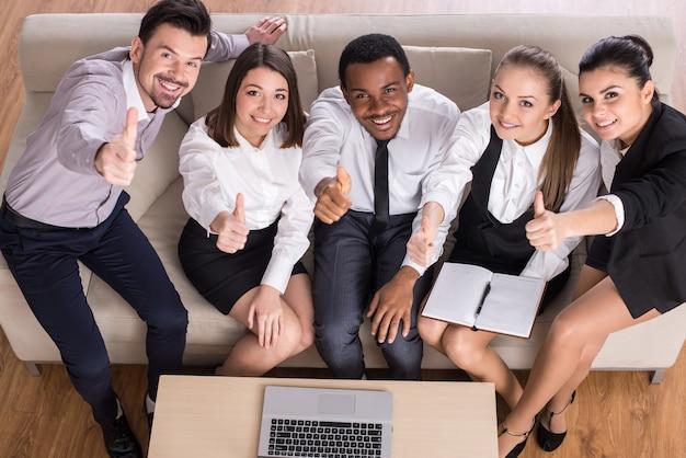 プロジェクトを論議するためにオフィスで会議ビジネス人々。