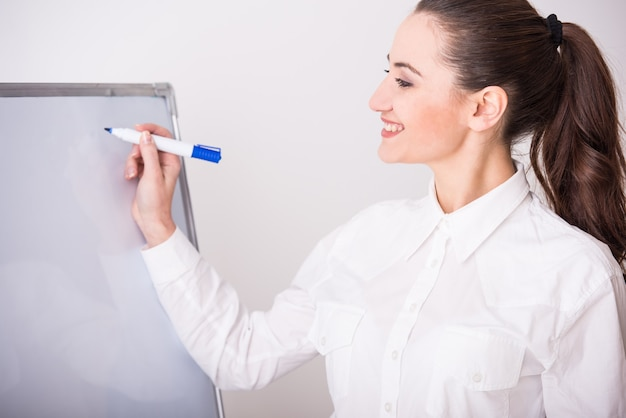 ボードを持つ若いビジネス女性の肖像画。