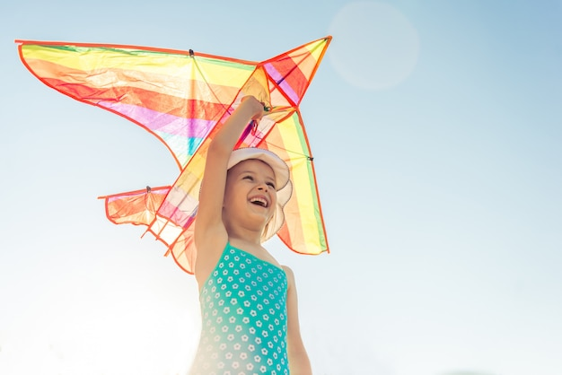 小さな女の子を笑顔と航空機を起動します。