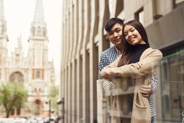 若いカップル観光ランドマークカトリック教会。