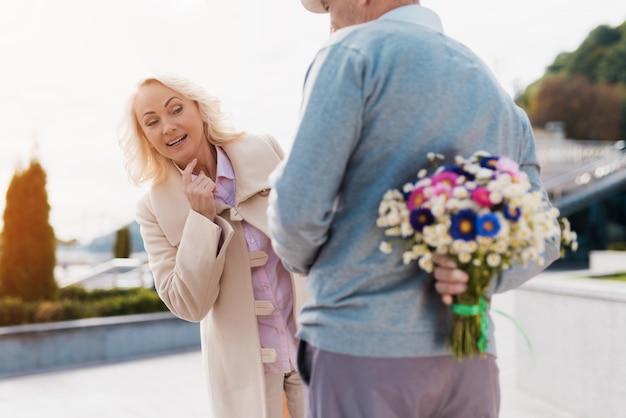 Женщина улыбается. старая пара свидание.