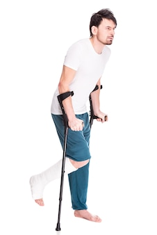 足が骨折した若い男の全身像。