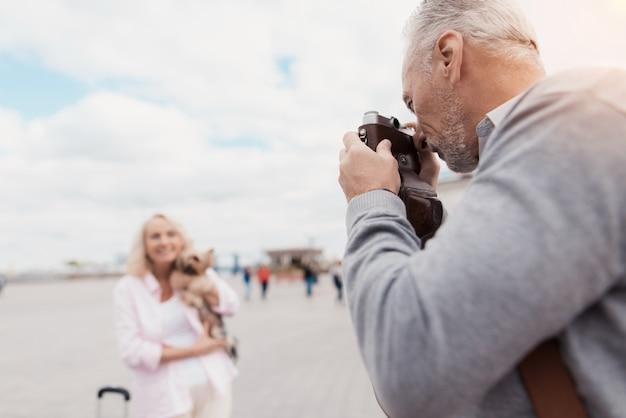 男はカメラで写真を撮ります。カップルラブストーリー。