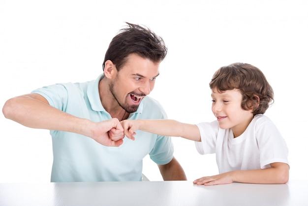 一緒に時間を過ごす若い父親と息子。