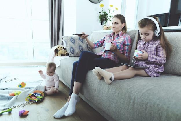明るいリビングルームで休んで幸せな家族。