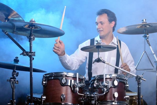 ドラムを演奏するドラマー男