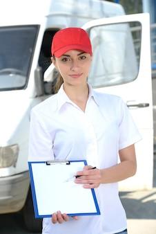 若い郵便配達員が署名を求めます。