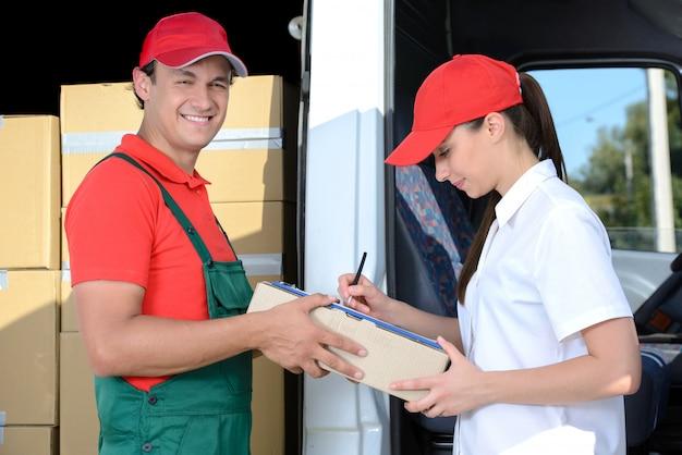 宅配便業者は、受講者に配達した小包を研修生に送ります。