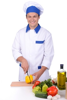 男性シェフが台所でサラダカットを作ります。