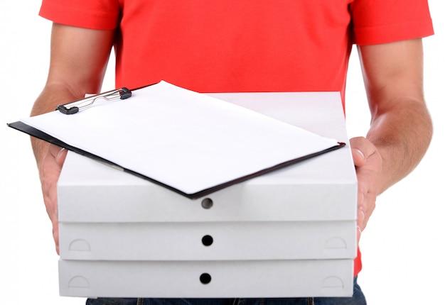 ピザ箱を持って陽気な若い配達員。