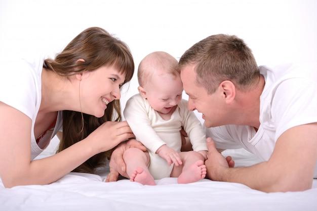 両親は家で生まれたばかりの赤ちゃんと遊ぶ。