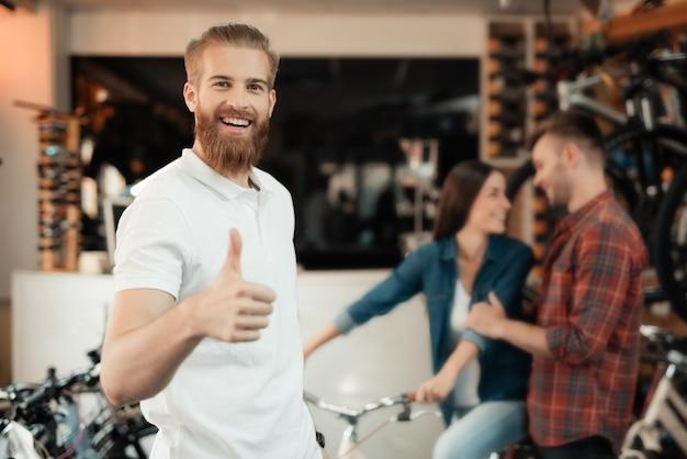 コンサルタントは自転車の選択を助け、親指を立てる