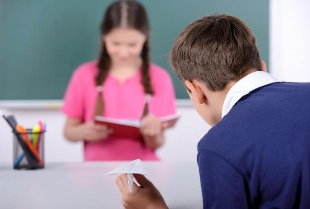 学校の子供たちが黒板に学ぶ