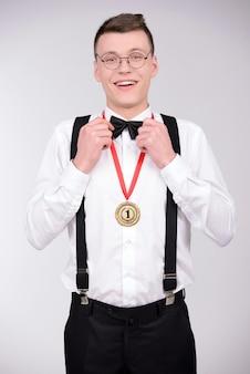 僕は勝者!蝶ネクタイで陽気な若い男。
