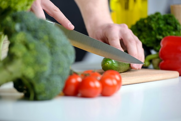 サラダの台所で野菜を切る。