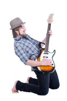 若いギタリストがエレキギターを弾きます。