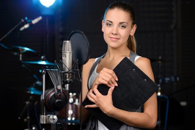 写真レコーディングスタジオでポーズをとる女の子。