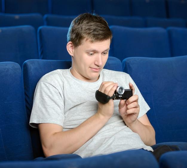 若い男性が大きな映画館で海賊行為をしています。