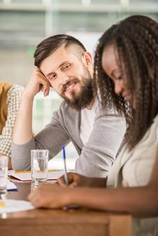 若いチームがオフィスでの会議で新しいアイデアを探しています。