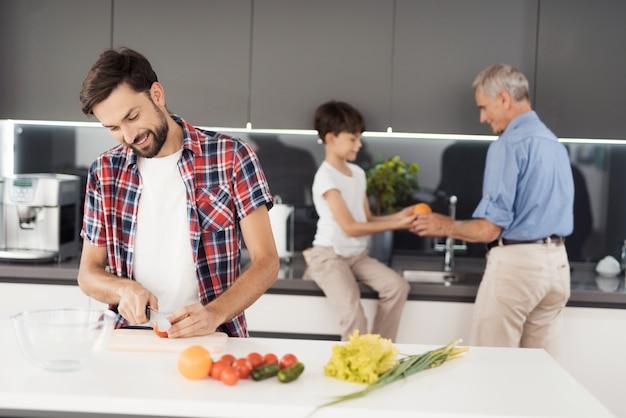 家族全員で感謝祭のためのサラダを準備します。