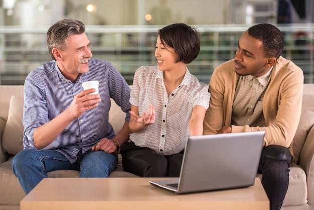 新しいプロジェクトを議論するビジネス人々のグループ。