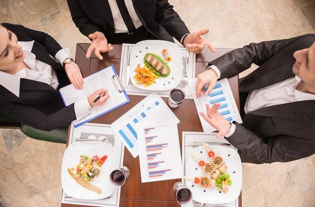 議論する成功したビジネス人々のグループ。