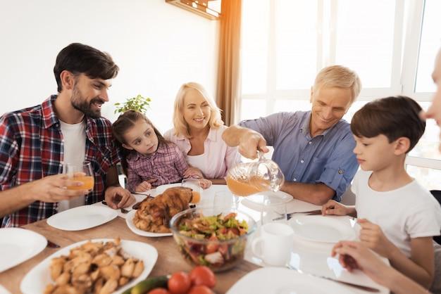 テーブルで家族は家族の休日を祝います。