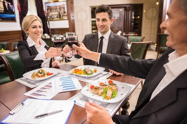 ビジネス人々は大いに合意を祝います。