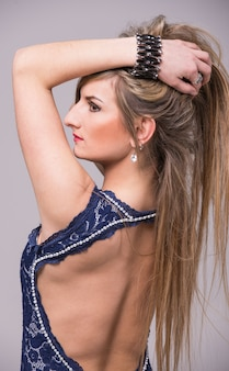 長い髪のポーズで立っている女の子。