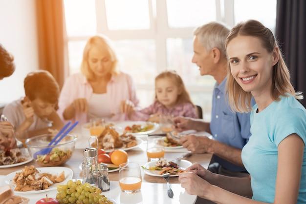 幸せな家族がおいしい食べ物を食べます。