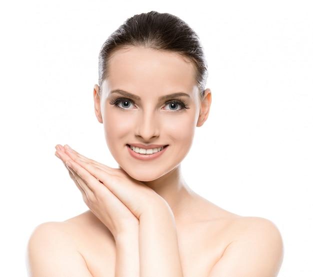 清潔でさわやかな肌を持つ若い女性の美しい顔。