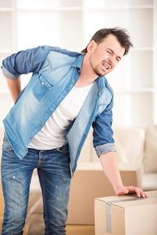 Травма спины от ношения тяжелой коробки при переезде домой.