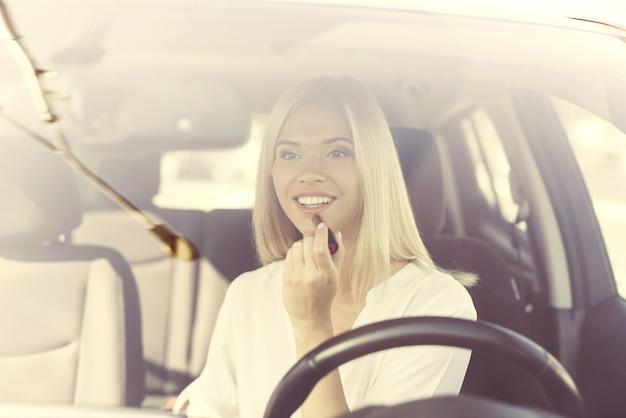 現代の高級車の若い女性ドライバー