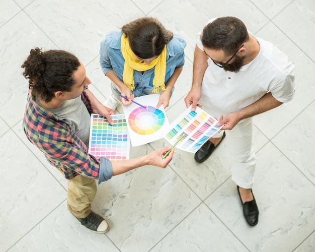 カラーサンプルを選択するデザイナー。