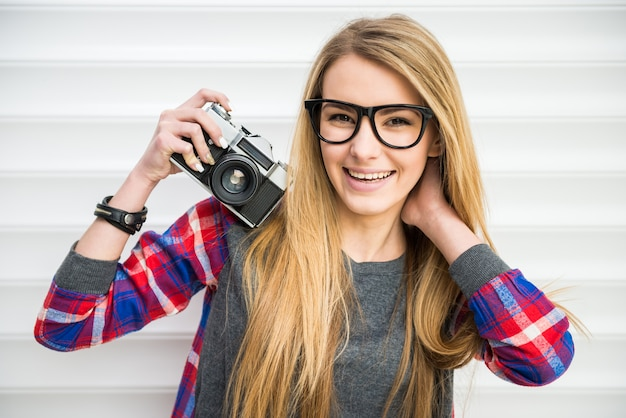 メガネで直面しているクローズアップのファッションの女の子。