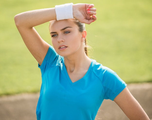 Спортивная молодая женщина после тренировки.