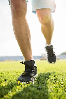 Крупный план мужских ног в кроссовках.