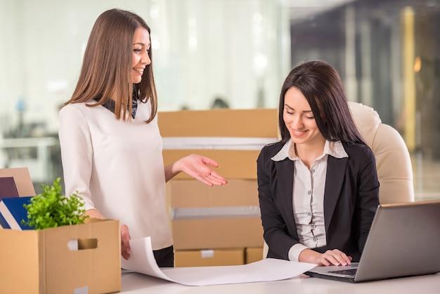 彼らの新しいオフィスを計画している笑顔の若い実業家。
