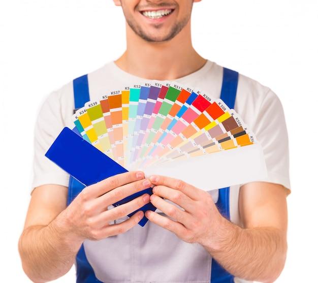 若手デザイナー、作業服の男。