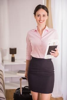彼女の書類と陽気な女性実業家の肖像画。