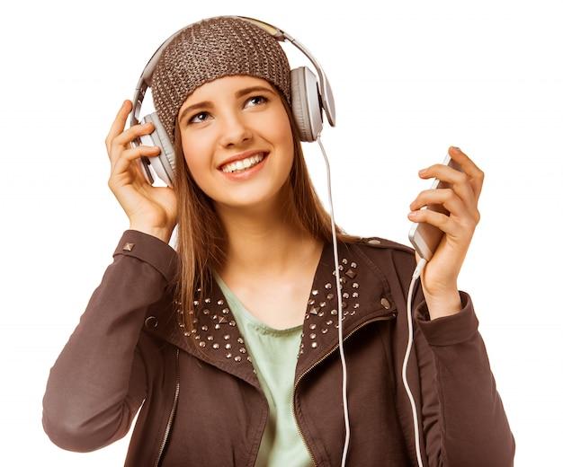 Молодая девушка, слушать музыку с наушниками.