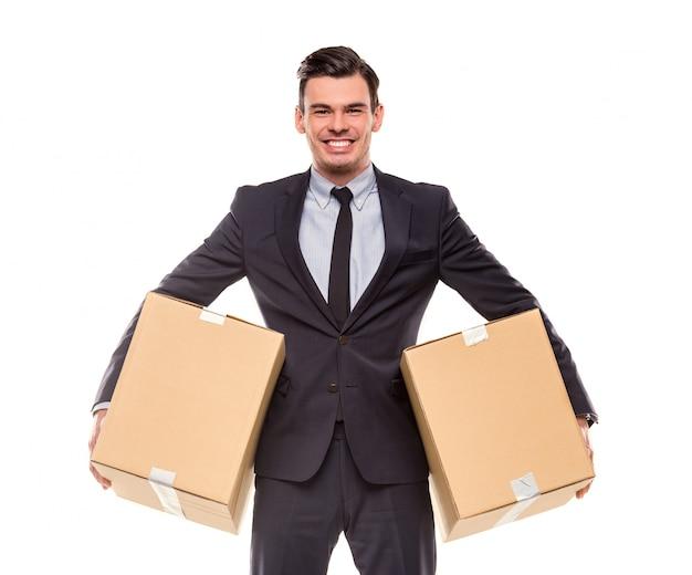新しいオフィスに移動するためのボックスを持ったビジネスマン。